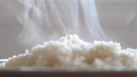 Arroz branco do vapor com fumo. vídeos de arquivo