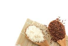 Arroz branco e arroz vermelho na colher de madeira Imagens de Stock Royalty Free