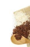 Arroz branco e arroz vermelho na colher de madeira Imagem de Stock Royalty Free