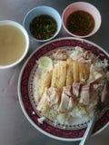 Arroz cocido al vapor con el pollo y la sopa Fotografía de archivo