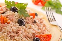 Arroz com atum, tomates e azeitonas pretas fotos de stock