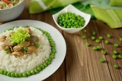 Arroz com carne de porco, cogumelos, ervilha e molho Imagem de Stock