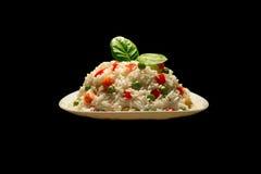 Arroz com carne e vegetais na placa branca na obscuridade Ri do risoto fotografia de stock