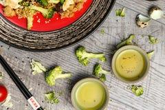 Arroz com especiarias e ovo frito com vegetais e carne Foto de Stock