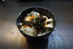 Arroz com o prato da alga em de madeira imagens de stock
