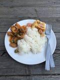 Arroz com panaeng da omeleta e da carne de porco da salsicha no prato Foto de Stock