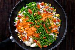 Arroz com vegetais em uma bandeja a cozinhar Estilo rústico Foto de Stock