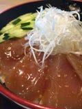 Arroz con el sashimi fresco del maguro Foto de archivo libre de regalías