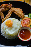 Arroz con Fried Chicken Wings y Fried Egg Imagen de archivo