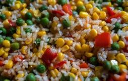 Arroz con las verduras en una cacerola Maíz dulce, paprika rojo, guisantes verdes Foto de archivo libre de regalías