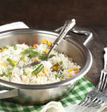 Arroz con las verduras mezcladas en cacerola Imagen de archivo