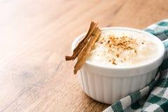 Arroz con leche Πουτίγκα ρυζιού με την κανέλα στο ξύλο Στοκ εικόνες με δικαίωμα ελεύθερης χρήσης