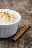 Arroz con leche Πουτίγκα ρυζιού με την κανέλα στο ξύλο Στοκ φωτογραφίες με δικαίωμα ελεύθερης χρήσης
