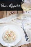 Arroz con los camarones y el vino blanco en la tabla Fotos de archivo libres de regalías