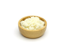 Arroz cozinhado isolado do jasmim na bacia de madeira no fundo branco foto de stock royalty free