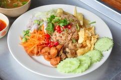 Arroz cozinhado misturado com molho da pasta do camarão, alimento tailandês Imagens de Stock