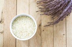 Arroz cru branco e arroz 'paddy' roxo no fundo de madeira fotografia de stock royalty free