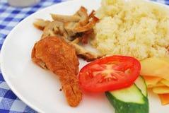 Arroz da galinha do vegetariano com salada Fotografia de Stock Royalty Free