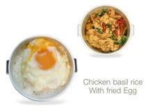 Arroz da manjericão da galinha com o ovo frito no fundo branco ilustração stock