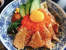 Arroz de color salmón japonés de los pescados con la parrilla del fuego imagenes de archivo