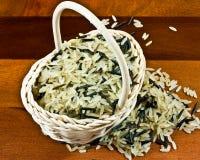 Arroz de grano largo en cesta Foto de archivo
