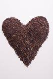 Arroz de Riceberry na forma do coração e no coração vermelho Imagem de Stock