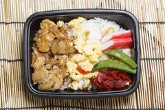 Arroz de Toriyaki del pollo en caja plástica Imagen de archivo libre de regalías
