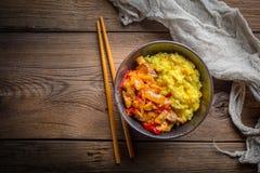 Arroz del azafrán con los pedazos de pollo y de verduras imagen de archivo