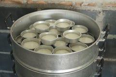 Arroz del jazmín que cocina para alimentar a gente Fotografía de archivo