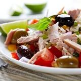 arroz del Mediterráneo-estilo y ensalada de atún Imagenes de archivo