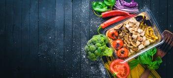 Arroz del Risotto con la carne y las verduras asadas a la parrilla Alimento de la dieta sana Boxeo del almuerzo Fotos de archivo