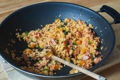Arroz delicioso con las verduras y las salchichas guisadas Imagen de archivo
