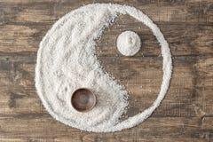Arroz derramado en la forma de yang del yin fotografía de archivo libre de regalías