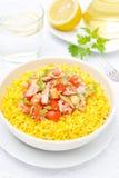 Arroz do açafrão com atum, tomates, pimentas e ervas Imagens de Stock