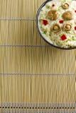 Arroz do cogumelo do tampão do leite do açafrão com molho de vinho branco em um bambu Fotos de Stock Royalty Free