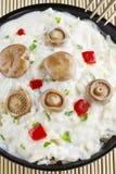 Arroz do cogumelo do tampão do leite do açafrão em uma bacia em uma esteira de bambu Fotos de Stock
