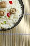 Arroz do cogumelo do tampão do leite do açafrão em uma bacia em uma esteira de bambu Fotos de Stock Royalty Free