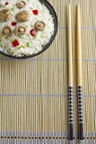 Arroz do cogumelo do tampão do leite do açafrão em uma bacia em uma esteira de bambu Imagem de Stock