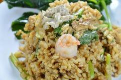 Arroz do ovo frito com carne de porco e couve chinesa no camarão preto da cobertura do molho de soja na placa Imagem de Stock