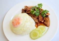 Arroz e carne de porco com alho e molho e ovo frito de pimenta Fotografia de Stock Royalty Free