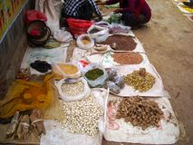Arroz e feijões em um mercado de Burma Foto de Stock