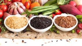 Arroz e vegetais orgânicos vermelhos, pretos e unpolished Fotografia de Stock