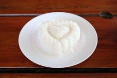 Arroz en forma de corazón en la placa Fotografía de archivo