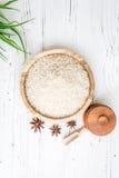 Arroz en placa y anís de madera en el fondo de madera blanco Arroz y especias en envase ecológico fije para cocinar Fije para el  Fotos de archivo