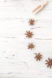 Arroz en placa y anís de madera en el fondo de madera blanco Arroz y especias en envase ecológico fije para cocinar Fije para el  Imagenes de archivo