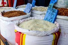 Arroz en un bolso en el mercado Foto de archivo libre de regalías