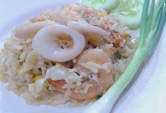 Arroz fritado, calamar, camarão Imagens de Stock