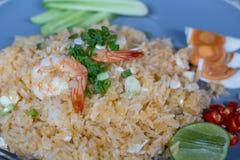 Arroz fritado com camarões e o ovo salgado, alimento tailandês fotografia de stock royalty free