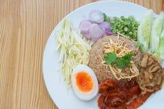 Arroz fritado com pasta do camarão, alimento tailandês do estilo Foto de Stock