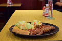 Arroz fritado com pratos laterais, bifes, pratos Imagens de Stock